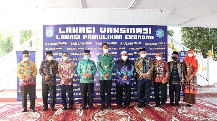 Bupati Banjar Saidi Mansyur berfoto bersama usai teken Mou Pakulih Anam di Mahligai Sultan Adam Martapura.