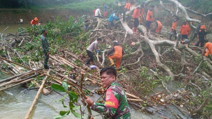 Bersihkan Pohon Tumbang Halangi Sungai, Warga dan Anggota Koramil HST Bergotong Royong