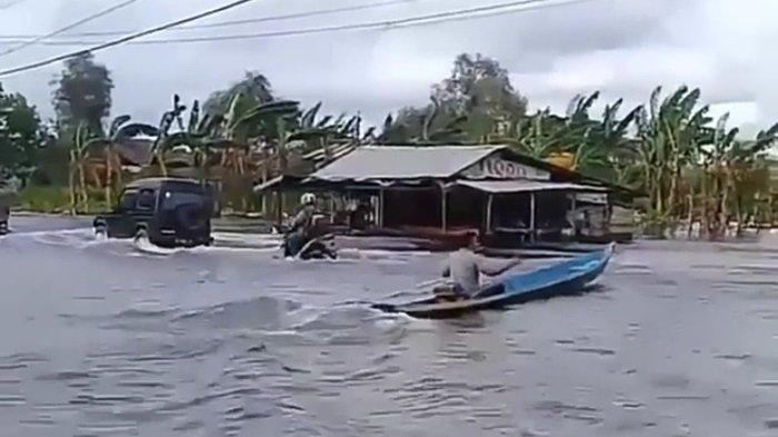Banjir Parah Penutupan Jalan Berlanjut, Warga Perbatasan Gunungraja dan Benuaraya Terpaksa Mengungsi