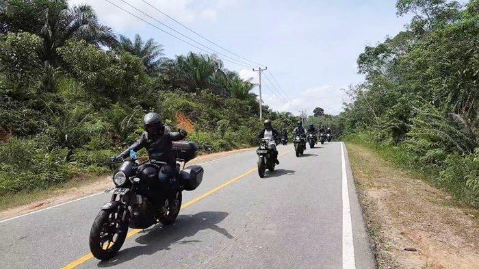 Biker XSR 155 taklukkan alam menantang Kalimantan.