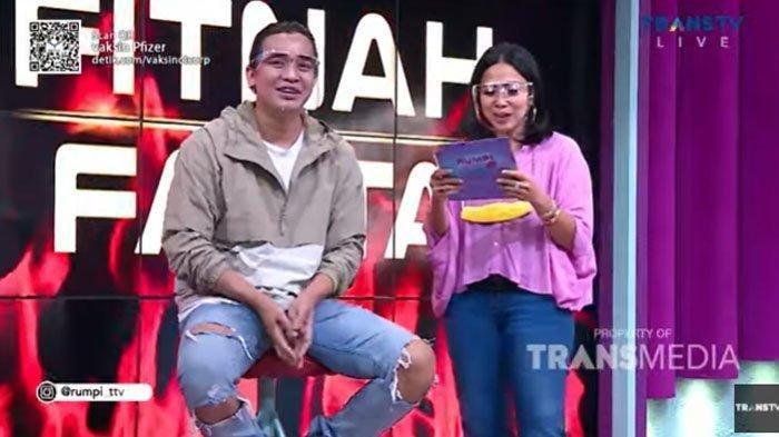 Billy Syahputra hadir di acara Rumpi No Secret yang dipresenteri oleh Feni Rose.