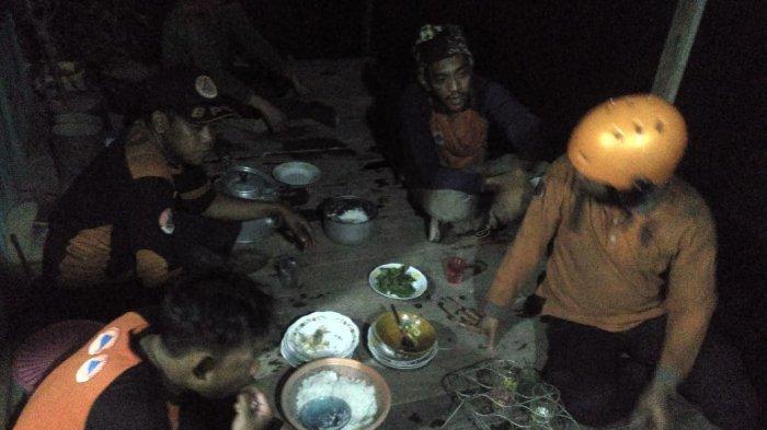 Usai Berjibaku Padamkan Karhutla di Bati-bati Tanahlaut, Petugas BPBD Dijamu Makan Oleh Warga
