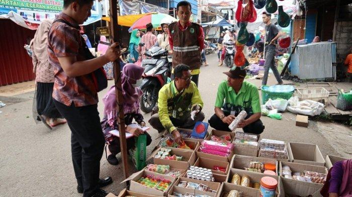 BPOM HSU Dapati Kandungan Rhodamin B Saat Ambil Sampel Bahan Makanan dari Pedagang di Pasar Ini