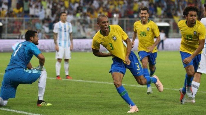 Bek timnas Brasil, Joao Miranda, merayakan gol yang ia cetak ke gawang kiper Argentina, Sergio Romero, saat kedua tim bertemu di partai persahabatan yang berlangsung di Stadion King Abdullah Sport City, Jeddah, Arab Saudi, pada 16 Oktober 2018.