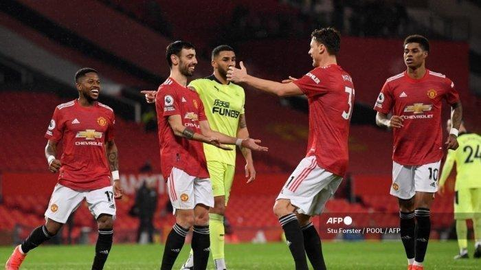 Gelandang Manchester United Bruno Fernandes (kedua dari kiri) merayakan gol ketiga timnya dari titik penalti selama pertandingan sepak bola Liga Utama Inggris antara Manchester United vs Newcastle United di Old Trafford di Manchester, barat laut Inggris, pada 21 Februari 2021.