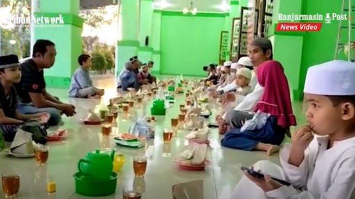 Masyarakat yang akan berbuka puasa di Masjid Agung Riyadus Shalihin, Kota Barabai, Kabupaten Hulu Sungai Tengah (HST), Kalimantan Selatan, Senin (10/5/2021) petang.