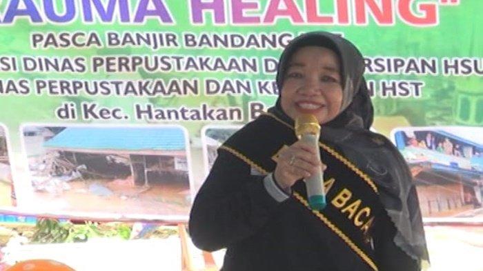 Bunda Baca Kabupaten Hulu Sungai Utara (HSU), Hj Anisah Rasyidah Wahid, saat memberi pendampingan kepada warga di bekas lokasi bencana banjir bandang di Kabupaten Hulu Sungai Tengah (HST), Kalimantan Selatan.