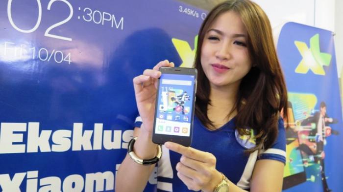 Model menunjukkan smartphone Xiaomi seri Redmi 2, saat peluncuran paket bundling smartphone Xiaomi seri Redmi 2 di Jakarta, belum lama ini.