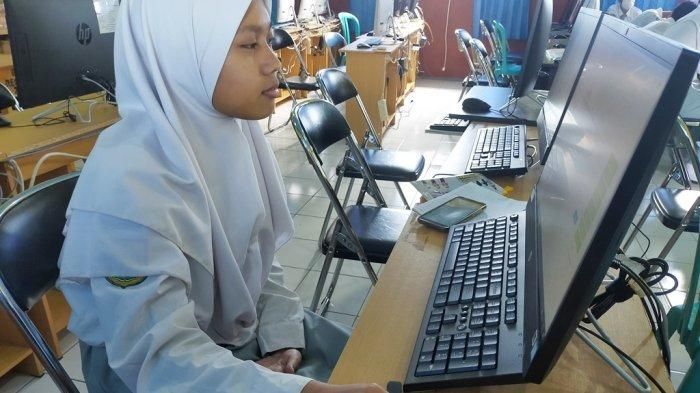 Terkendala Jaringan, Siswi SMAN 2 Banjarbaru ini Sendirian Menjalani Ujian di   Ruang Lab Komputer
