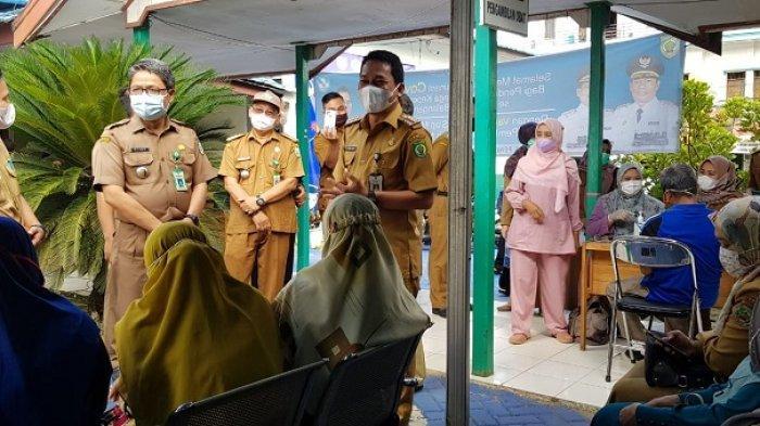 Pantau Vaksinasi di Puskesmas Paringin, Bupati Abdul Hadi Harapkan Vaksinasi Guru Capai 100 Persen