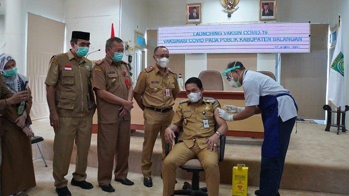 Bupati Balangan, Abdul Hadi saat disuntik vaksin Covid-19, Selasa (27/4/2021).