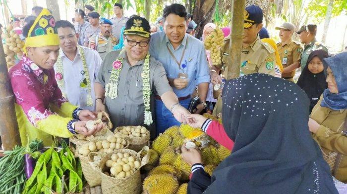 Pasar Budaya Racah Mampulang Desa Balida Resmi Dibuka,  Bupati Balangan Sebut Sistem Pasar Unik