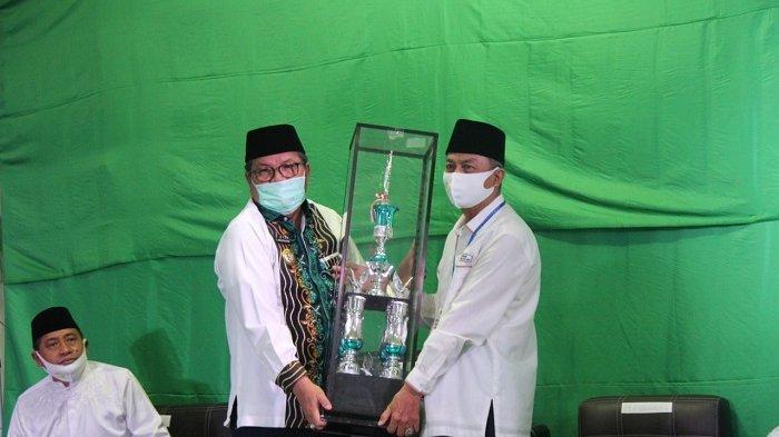 Bupati Balangan H Ansharuddin saat menerima piala bergilir MTQ suara emas ke IV di Balangan.