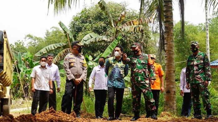 Bupati Abdul Hadi Tinjau Karya Bakti TNI Kodim 1001/HSU-Balangan di Gunung Manau