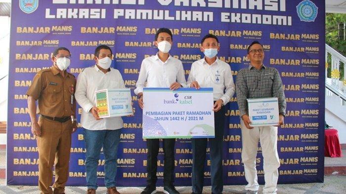Bupati H Saidi Mansyur foto bersama pejabat Bank Kalsel dan penerima paket Ramadan di halaman Gedung Mahligai Sultan Adam, Kota Martapura, Kabupaten Banjar, Kalimantan Sealatan, Senin (3/5/2021).