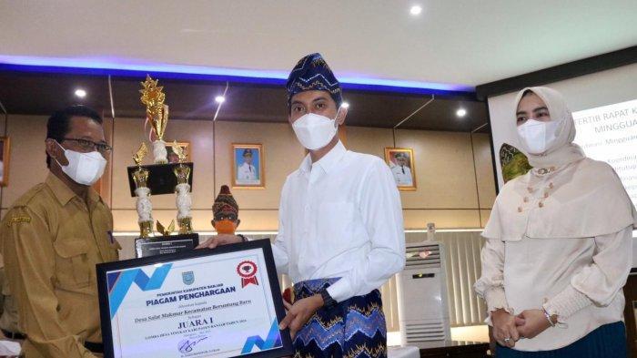 Bupati Banjar Serahkan Piala Juara Lomba Desa Tingkat Kabupaten, Desa Ini Juaranya