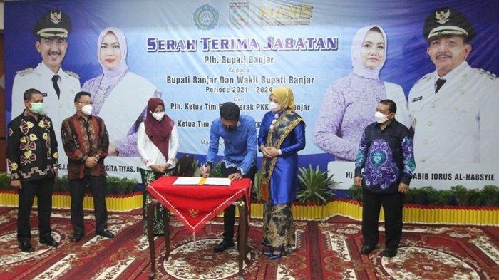Bupati Banjar, H Saidi Mansyur, saat menandatangani berita acara serah terima jabatan Bupati Banjar yang berlangsung di Mahligai Sultan Adam, Jalan A Yani Km 40, Kota Martapura, Kabupaten Banjar, Kalimantan Selatan, Minggu (28/2/2021) malam.