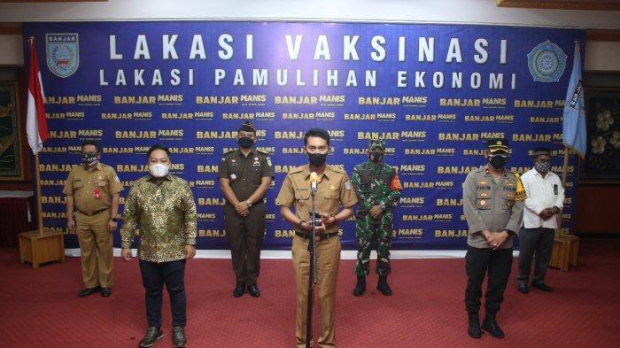 Bupati Banjar H Saidi Mansyur didampingi Ketua DPRD Kabupaten Banjar dan Forum Koordinasi Pimpinan Daerah Kabupaten Banjar mengumumkan PPKM Level III di Bumi Barakat di Mahligai Sultan Adam Martapura, Rabu (28/7/2021).