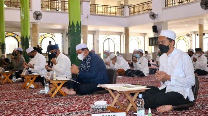 Bupati Banjar, H Saidi Mansyur, saat doa bersama di ruang induk Masjid Agung Al Karomah, Kota Martapura, Kabupaten Banjar, Provinsi Kalimantan Selatan (Kalsel), Rabu (1/9/2021).