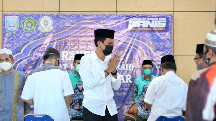 Bupati Banjar H Saidi Mansyur memberi salam pamit usai membuka Rakerda LPTQ Kabupaten Banjar di Gedung Islamic Center KH Anang Djajouly, Sabtu (12/6/2021).