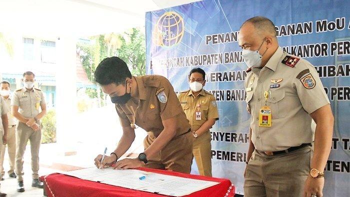Bupati H Saidi Mansyur saat menandatangani perjanjian kerja sama dengan Badan Pertanahan Kabupaten Banjar di Mahligai Sultan Adam, Kota Martapura, Kabupaten Banjar, Provinsi Kalimantan Selatan, Senin (12/7/2021).