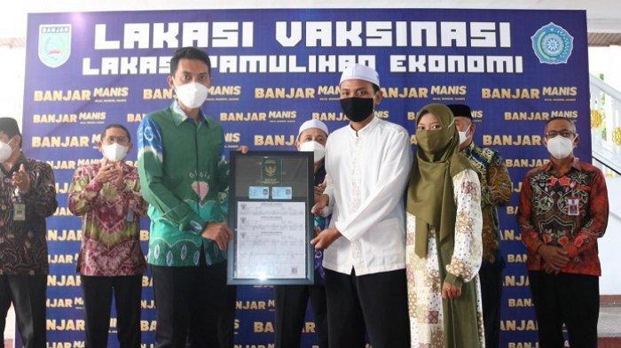 Bupati Banjar H Saidi Mansyur menyerahkan Pakulih Anam kepada pasangan pengantin baru di Mahligai Sultan Adam Martapura, Kamis (20/5/2021).