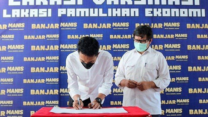 Bupati Banjar, H Saidi Mansyur, saat menandatangani dokumen pinjam pakai jalan inspeksi irigasi, bersama Kepala Balai Wilayah Sungai Kalimantan III Dirjen Sumber Daya Air Kementerian PUPR, Selasa (3/8/2021).