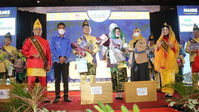 Bupati Banjar Saidi Mansyur berfoto bersama di Malam Grand Final Pemilihan Nanang dan Galuh Intan Kabupaten Banjar 2021 di Hotel Novotel, Selasa (22_ 6_2021) malam.