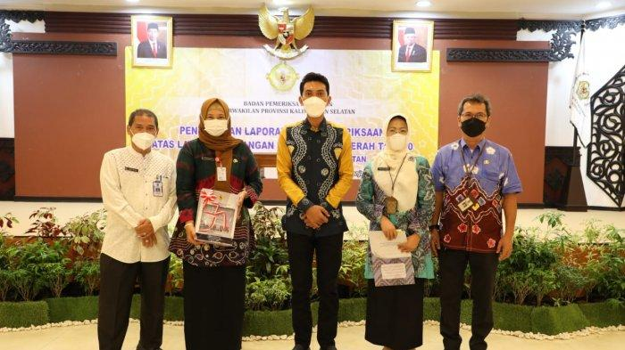 Bupati Banjar Saidi Mansyur berfoto bersama jajaran Pemkab Banjar seusai menerima dokumen Laporan Hasil Pemeriksaan BPK Perwakilan Kalsel atas Laporan Keuangan Pemerintah Daerah Tahun 2020 di Kota Banjarbaru, Jumat (28/5/2021).