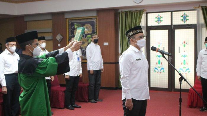 Bupati Banjar Saidi Mansyur melantik dan mengambil sumpah jabatan Kepala Dinas PUPR Kabupaten Banjar di Pendopo Mahligai Sultan Adam Martapura, Jumat (23/4/2021)