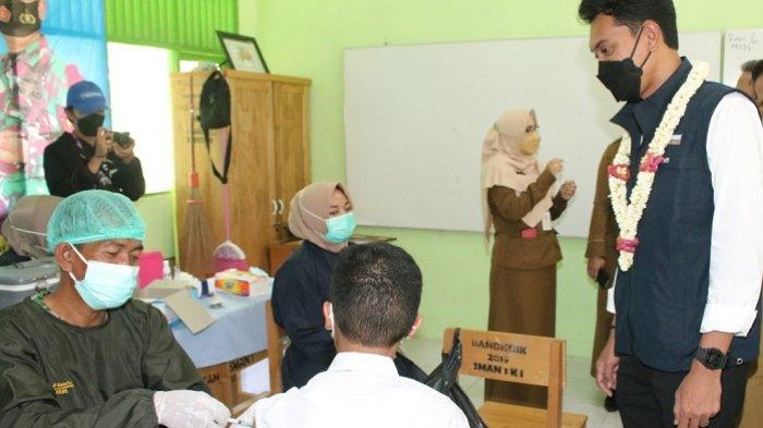 Tinjau Vaksinasi Merdeka di SMAN 1 Karang Intan, Bupati Banjar : 80 Persen Siswa Disuntik Vaksin