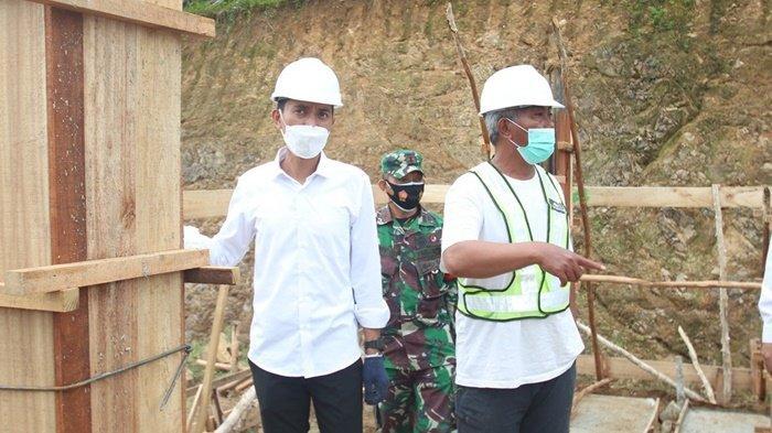 Bupati Saidi Mansyur meninjau pembangunan gedung baru UPT Pusat Kesehatan Masyarakat (Puskesmas) di Desa Madurejo, Kecamatan Sambung Makmur, Kabupaten Banjar, Provinsi Kalimantan Selatan, Rabu (14/7/2021).