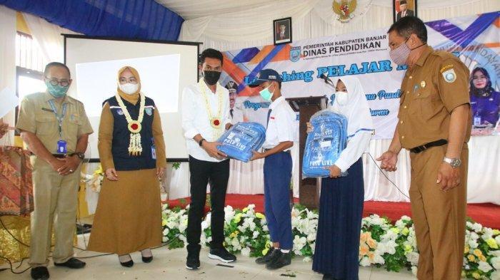 Bupati Banjar Saidi Mansyur menyerahkan bantuan kepada pelajar SMP saat Dinas Pendidikan Kabupaten Banjar...ar Manis sebuah pembelajaran atau program E-Learning Jarak Jauh Berbasis Video di SMPN 2 Kertak.