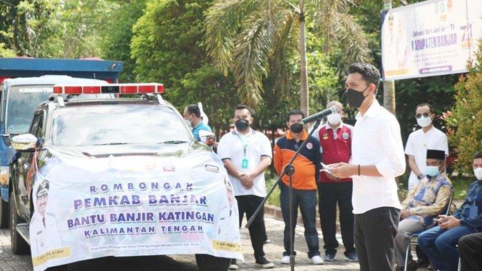 Bupati H Saidi Mansyur, didampingi Wakil Bupati Habib Idrus Al-Habsyie saat melepas keberangkatan personel yang membawa sembako dan obat-obatan, bertempat di halaman Kantor BPBD, Kota Martapura, Kabupaten Banjar, Kalimantan Selatan Jumat (10/9/2021). Bantuan itu untuk korban banjir di Kalimantan Tengah.