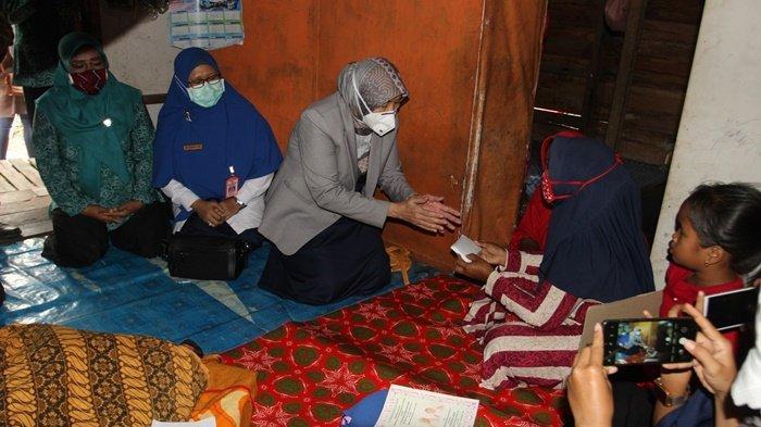 Bupati Barito Kuala (Batola), Hj Noormiliyani AS, menyerahan bantuan kepada istri almarhum Musa (30), Kamis (10/9/2020).
