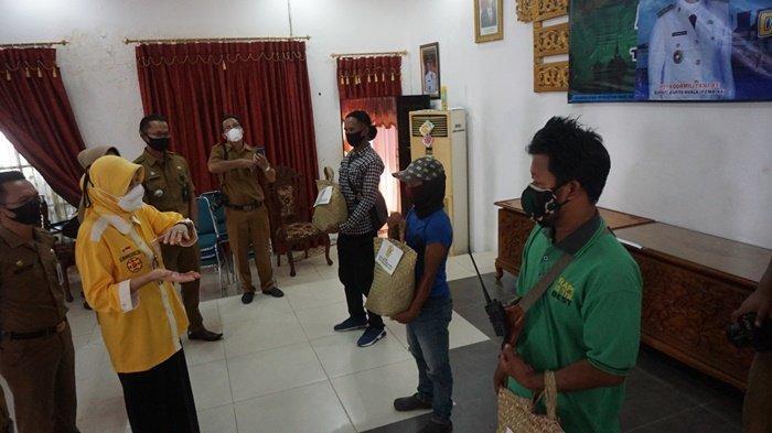 Bupati Hj Noormiliyani dialog dengan warga yang menerima bantuan, bertempat di Aula Selidah, Kota Marabahan, Kabupaten Barito Kuala (Batola), Kalimantan Selatan, Senin (3/5/2021).