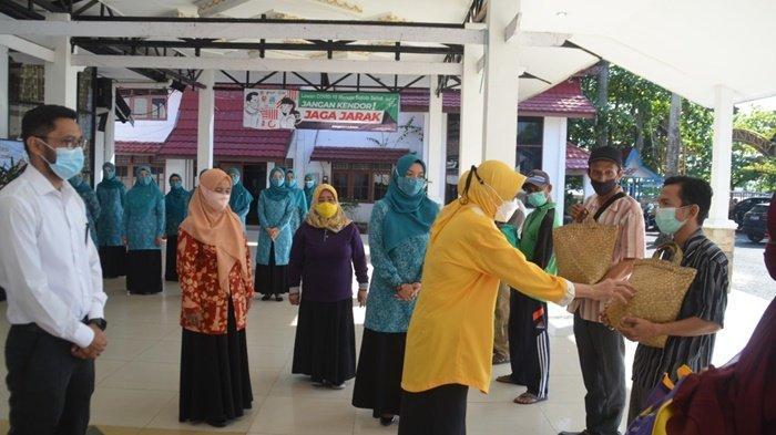 Bupati Batola Tekankan Prokes kepada Penerima Sembako Murah Ramadhan