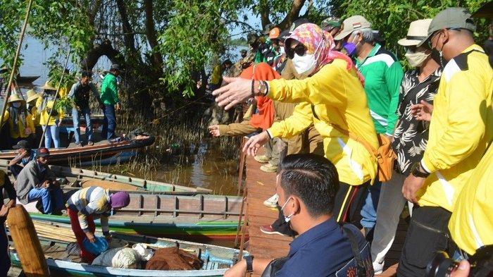 Bupati Batola Hj Noormiliyani saat merasakan sensasi berbelanja ikan segar di Pasar terapung ikan Muara Kanoko, minggu (6/6/2021).