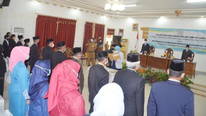 Bupati Hj Noormiliyani AS saat melantik dan mengambil sumpah 111 pegawai di kantornya, Kota Marabahan, Kabupaten Barito Kuala (Batola), Provinsi Kalimantan Selatan, Selasa (14/9/2021).