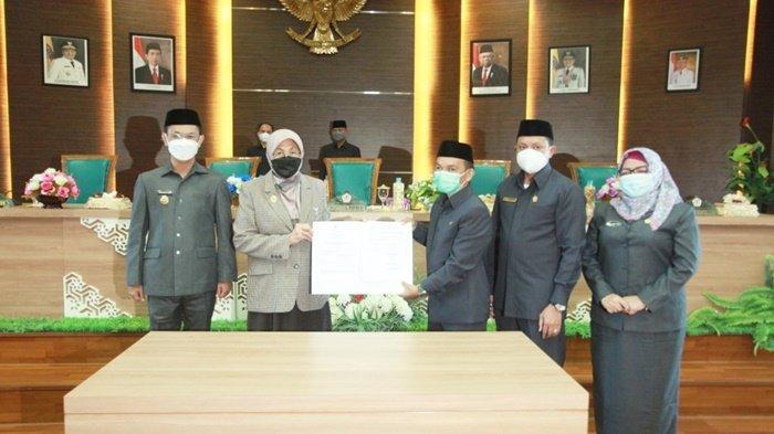 Bupati Barito Kuala (Batola), Hj Noormiliyani bersama anggota DPRD Batola setelah menandatangani Laporan Raperda Pertanggungjawaban Pelaksanaan APBD Tahun Anggaran 2020.