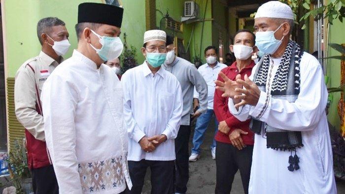 Bupati Ben Brahim S Bahat berbincang dengan satu tokoh agama di Kabupaten Kapuas pada momen Idul Adha 1442.