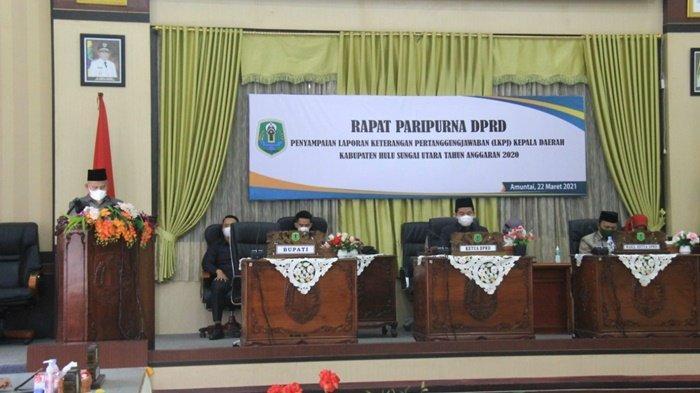 Bupati H Abdul Wahid HK menyampaikan mengenai kebijakan umum pengelolaan keuangan daerah, dalam Rapat Paripurna di DPRD Kabupaten Hulu Sungai Utara di Kota Amuntai, Kalimantan Selatan.