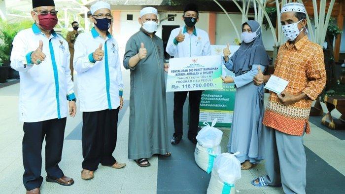 Bupati HSU H Abdul Wahid Bagikan Paket Sembako kepada Warga