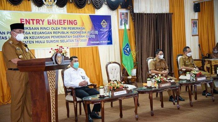 Bupati H Achmad Fikry, beri sambutan, di pendopo, pada petugas Badan Pemeriksa Keuangan Republik Indonesia (BPK RI) Perwakilan Kalimantan Selatan yang akan melakukan pemeriksaan rinci terhadap Laporan Keuangan Pemerintah Daerah (LKPD) Kabupaten Hulu Sungai Selatan (HSS), Senin (29/3/2021).