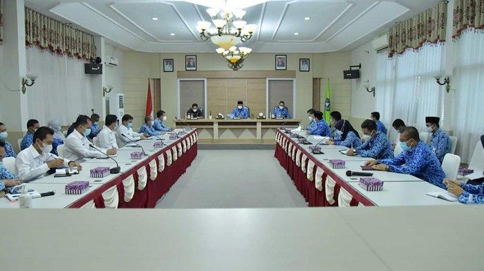 Bupati H Achmad Fikry memberi arahan tentang tugas dan arah kebijakan pembangunan kepada seluruh Camat dan Sekretaris Kecamatan se Kabupaten Hulu Sungai Selatan (HSS), Kalimantan Selatan, Rabu (17/2/2021).