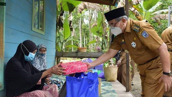 Jelang Ramadhan 1442 H, Pejabat Pemkab HSS Bagikan Bantuan untuk Lansia Asuh