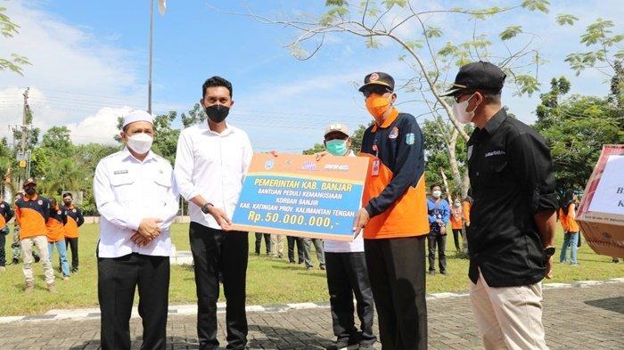Bupati H Saidi Mansyur didampingi Wakil Bupati Habib Idrus Al-Habsyie menyerahkan secara simbolis bantuan untuk korban banjir Kalimantan Tengah, bertempat di halaman Kantor BPBD Kabupaten Banjar, Jumat (10/9/2021).