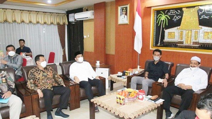 Bupati H Saidi Mansyur dan Wakil Bupati H Said Idrus Alhabsyi, mendengarkan pemaparan rencana pengusaha terkait revitalisasi kawasan Sekumpul, Kota Martapura, Kabupaten Banjar, Kalimantan Selatan, Senin (19/4/2021) malam.