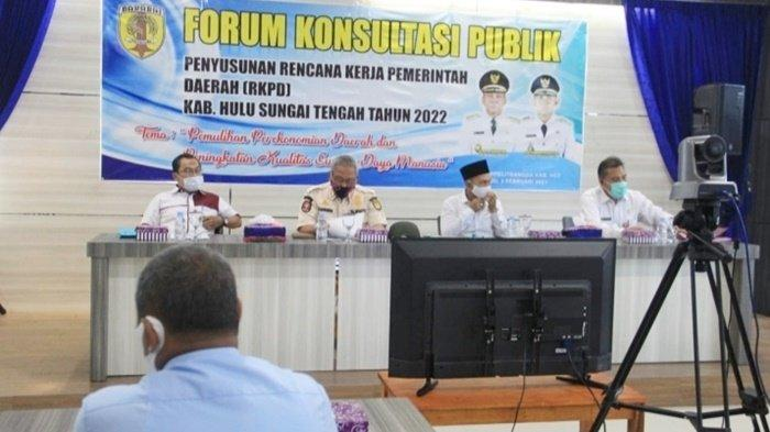 Bupati HA Chairansyah, didampingi Wakil Bupati, Berry Nahdian Forqan, hadiri Forum Konsultasi Publik yang diselenggarakan di Aula Bappelitbangda Kabupaten Hulu Sungai Tengah (HST), Kalimantan Selatan, Rabu (3/2/2021).