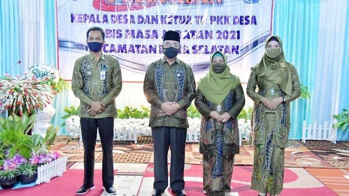 Bupati Drs H Achmad Fikry dan Ketua TP PKK, Hj Isnaniah A Fikry, juga melepas Kepala Desa dan Ketua PKK purna tugas di wilayah Kecamatan Daha Selatan, Kabupaten Hulu Sungai Selatan (HSS), Provinsi Kalimantan Selatan (Kalsel), Kamis (16/9/2021).